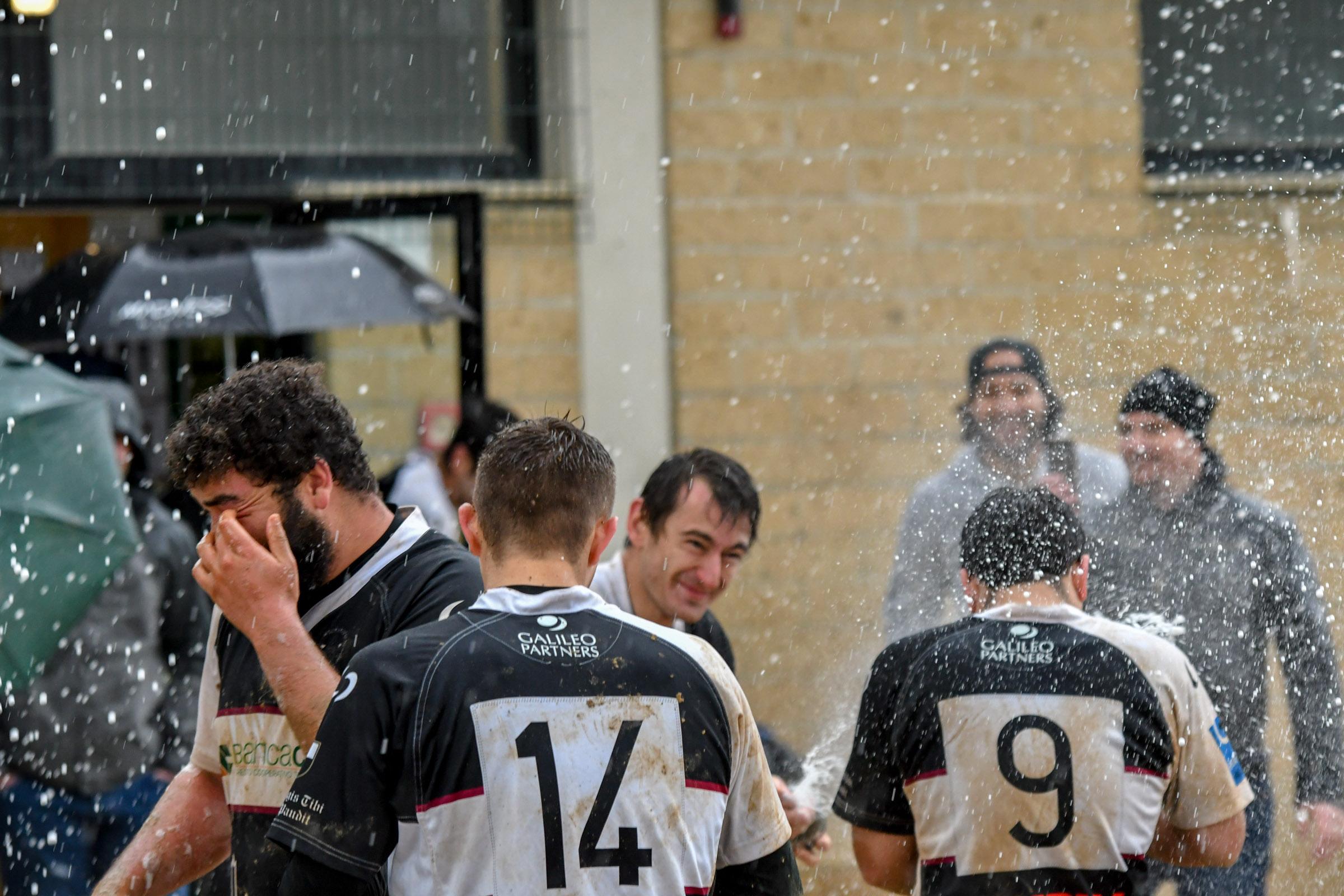 Banca CRAS CUS Siena Rugby festeggia la salvezza sotto al diluvio.